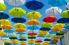 Fundo colorido dos guarda-chuvas Guarda-chuvas coloridos no céu ensolarado Fotografia de Stock