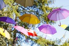 Fundo colorido dos guarda-chuvas Guarda-chuvas coloridos no céu ST Imagem de Stock