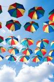 Fundo colorido dos guarda-chuvas Decoração urbana da rua dos guarda-chuvas de Coloruful Guarda-chuvas Multicoloured de suspensão  Foto de Stock