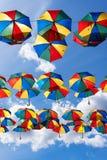 Fundo colorido dos guarda-chuvas Decoração urbana da rua dos guarda-chuvas de Coloruful Guarda-chuvas Multicoloured de suspensão  Imagem de Stock Royalty Free
