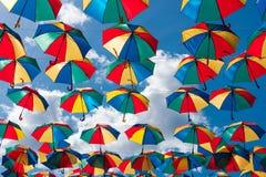 Fundo colorido dos guarda-chuvas Decoração urbana da rua dos guarda-chuvas de Coloruful Guarda-chuvas Multicoloured de suspensão  Fotografia de Stock Royalty Free