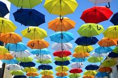 Fundo colorido dos guarda-chuvas Guarda-chuvas coloridos no céu ensolarado Decoração da rua Fotografia de Stock Royalty Free