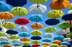 Fundo colorido dos guarda-chuvas Guarda-chuvas coloridos no céu ensolarado Decoração da rua Imagens de Stock Royalty Free