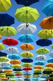 Fundo colorido dos guarda-chuvas Guarda-chuvas coloridos no céu ensolarado Decoração da rua Fotografia de Stock