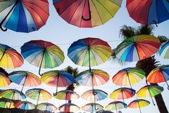 Fundo colorido dos guarda-chuvas guarda-chuvas Multi-coloridos no céu Foto de Stock