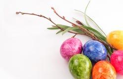 Fundo colorido dos ovos da páscoa no branco Foto de Stock