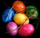 Fundo colorido dos ovos da páscoa no preto Imagens de Stock Royalty Free