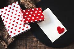 Fundo com as caixas de presente com corações, cartão do feriado para o messaag Fotografia de Stock Royalty Free