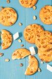 Fundo com as cookies com porcas e açúcar de protuberância em um woode azul foto de stock royalty free