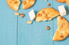 Fundo com as cookies com porcas e açúcar de protuberância em um woode azul fotos de stock