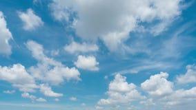 Fundo com as nuvens macias brancas, lapso de tempo VDO do céu azul vídeos de arquivo