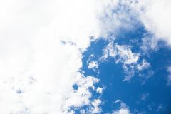 Fundo com as nuvens no céu azul Céu azul Foto de Stock Royalty Free