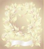 Fundo com as pétalas e a fita das pérolas das flores Imagens de Stock