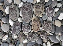 Fundo com as pedras com as corujas pintadas da decoração Fotografia de Stock