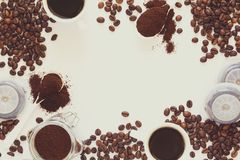 Fundo com café sortido: copos do café, dos feijões de café, do pó e das cápsulas no fundo branco Imagem de Stock
