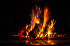 Fundo com carvões, chama e fogo na noite imagem de stock