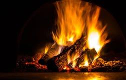 Fundo com carvões, chama e fogo na noite imagens de stock