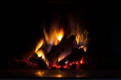 Fundo com carvões, chama e fogo na noite fotografia de stock royalty free