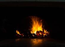 Fundo com carvões, chama e fogo na noite foto de stock