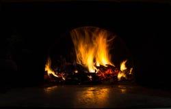 Fundo com carvões, chama e fogo na noite fotografia de stock