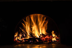 Fundo com carvões, chama e fogo na noite imagens de stock royalty free