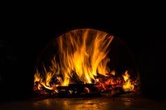 Fundo com carvões, chama e fogo na noite imagem de stock royalty free