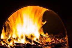 Fundo com carvões, chama e fogo na noite fotos de stock