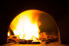 Fundo com carvões, chama e fogo na noite foto de stock royalty free