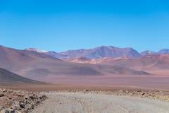Fundo com cenário estéril do deserto no boliviano Andes, na reserva natural Edoardo Avaroa foto de stock royalty free