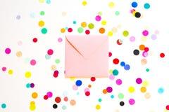 Fundo com confetes do envelope, conceito do feriado do aniversário Imagem de Stock Royalty Free