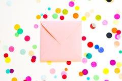 Fundo com confetes do envelope, conceito do feriado do aniversário Fotos de Stock Royalty Free