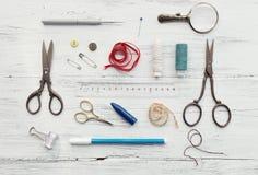 Fundo com costura e as ferramentas de confecção de malhas Imagens de Stock