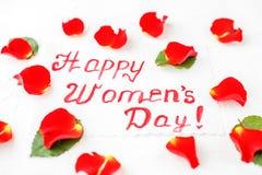 Fundo com cumprimentos e pétalas de rosas vermelhas Conceito de feliz Foto de Stock Royalty Free