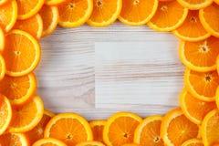 Fundo com espaço da cópia de laranjas cortadas fotos de stock royalty free
