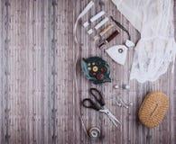 Fundo com ferramentas e acessórios da costura ilustração royalty free
