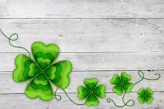 Fundo com folhas de St Patrick de quatro trevos Fotos de Stock Royalty Free