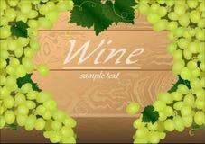 Fundo com grupos de uvas verdes em uma tabela de madeira Imagens de Stock Royalty Free