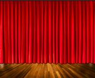 Fundo com fundo interior da cortina vermelha e do assoalho de madeira, molde interior para a exposição do produto Imagens de Stock