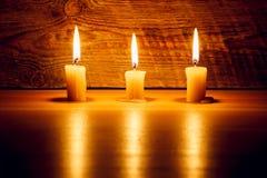 Fundo com luz da vela na placa de madeira na noite Fotos de Stock Royalty Free
