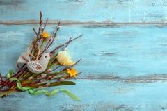 Fundo com luz - tulipas amarelas na mesa de madeira azul Páscoa, ` s da mãe, Valentim, dia do ` s das mulheres Vista superior com Imagem de Stock