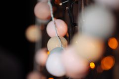 Fundo com luzes de Natal em cores mornas Fotos de Stock Royalty Free