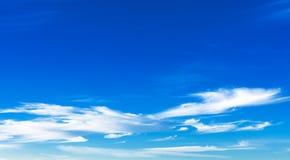Fundo com nuvens bonitas em um céu azul Foto de Stock Royalty Free