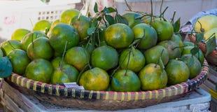 Fundo com o fruto das laranjas doces crescido na parte 3 dos trópicos foto de stock