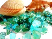 Fundo com os shell do mar e o sal do mar da cor azul esverdeado, criando um sentido da água do mar Fotografia de Stock Royalty Free