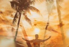 Fundo com palmas e por do sol na praia e silhueta do homem fotos de stock royalty free