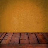 Fundo com a parede de madeira da tabela e da laranja do grunge Fotografia de Stock