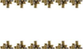 Fundo com a pilha de ouro e moedas de prata que estão na parte superior e na parte inferior Isolado em um fundo branco imagem de stock