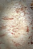 Fundo com pintura branca e vermelha rachada Textura do revestimento áspero velho Uma parede com um teste padrão incomum, abstrato foto de stock