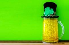 Fundo com símbolos tradicionais - cerveja do dia do St Patricks, chapéu Fotografia de Stock