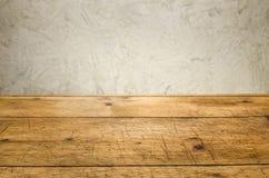 Fundo com tabela de madeira e uma parede rústica Imagens de Stock